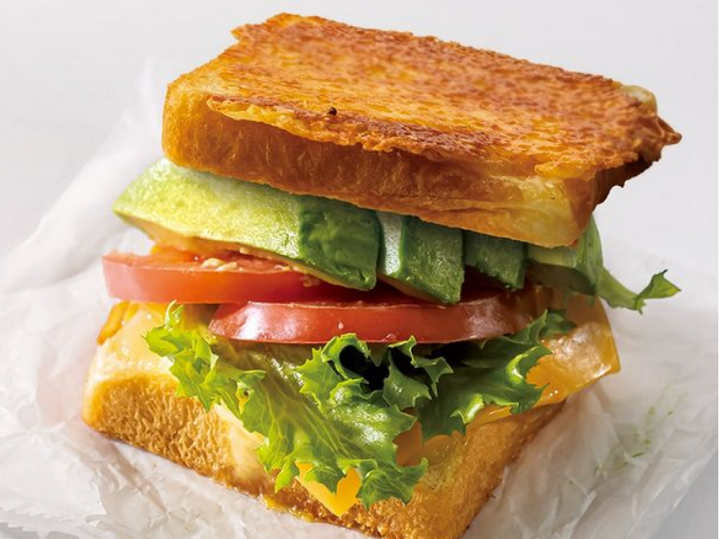 Image of the Dinema Gricheee with avocado, lettuce and tomato